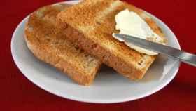 Una tostada con mantequilla.