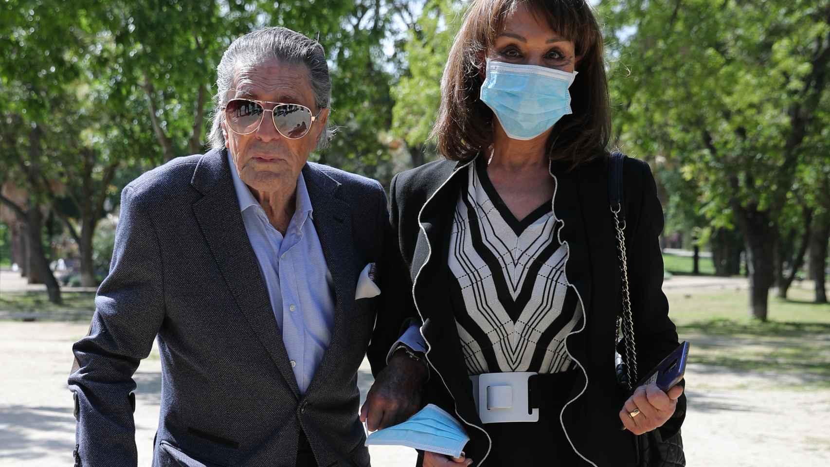 Jaime Ostos junto a su mujer, Mari Ángeles Grajal, en el funeral de Pedro Trapote Mateo.