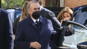 El empresario Pedro Trapote, roto de dolor, en el entierro de su hijo este viernes.