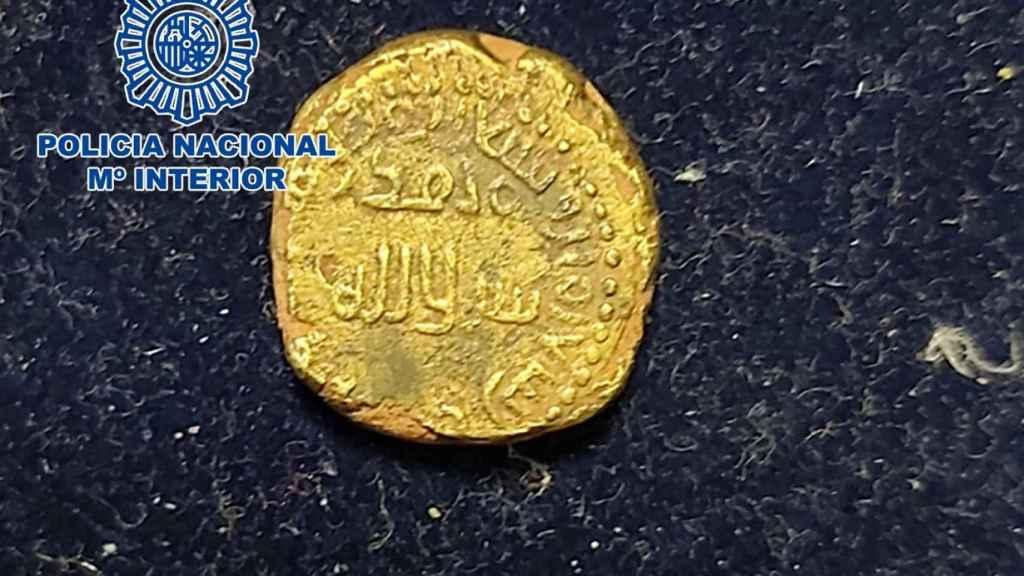 Se trata de un dinar bilingüe o de indicción, del que tan solo hay localizados 24 ejemplares