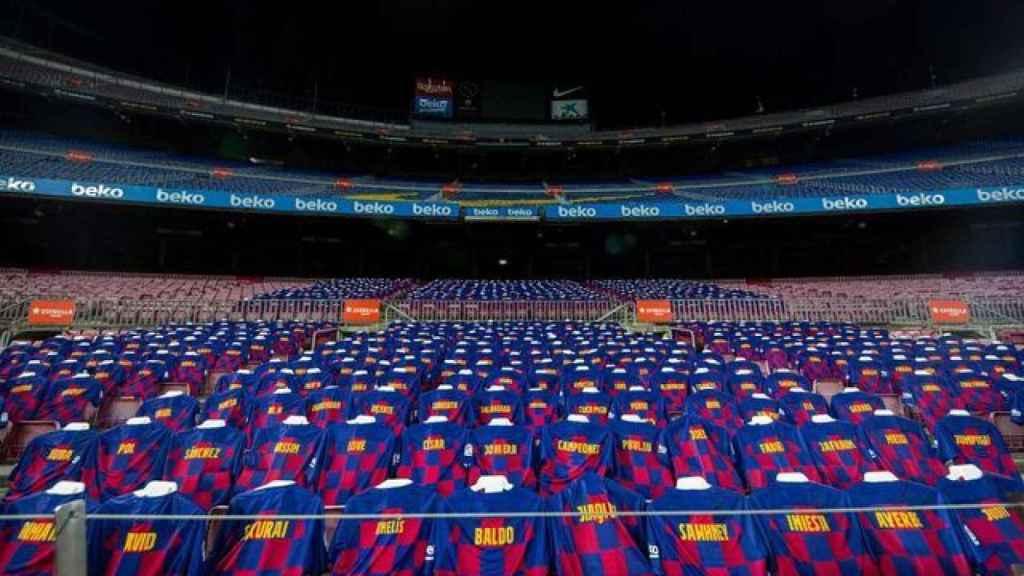 La grada del FC Barcelona con varias camisetas del equipo