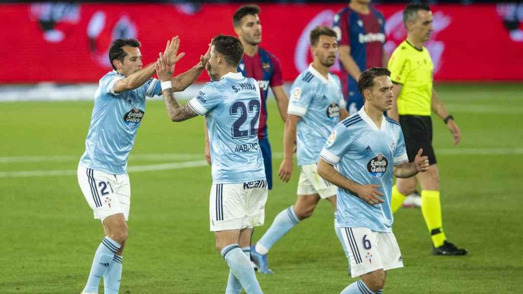 Los jugadores del Celta celebran un gol
