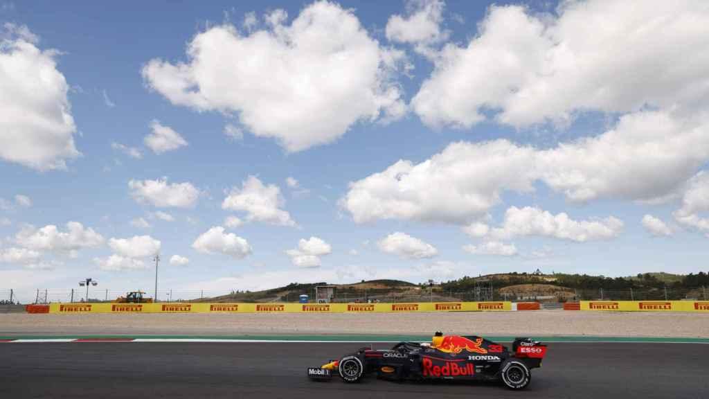 Max Verstappen con su Red Bull rodando en Portimao