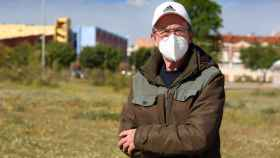 José Luis Carbonell posa en su barrio, el Polígono de Toledo (Fotos: Ó. HUERTAS)