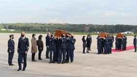 Llegada a España de los restos mortales de David Beriain y Roberto Fraile y del irlandés Rory Young.