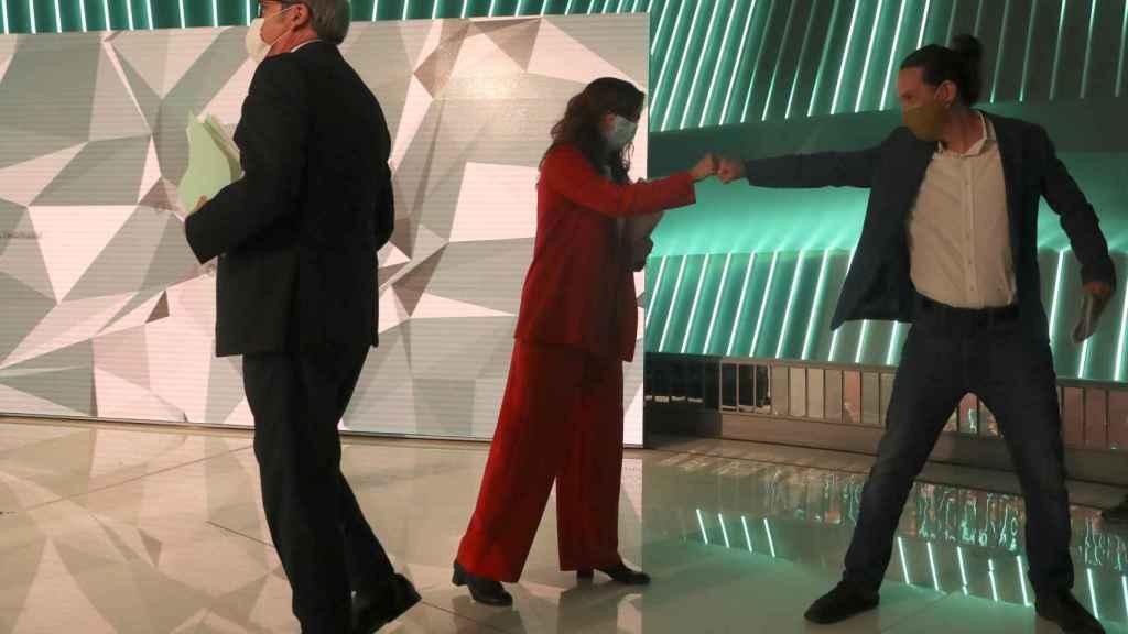 Mónica García y Pablo Iglesias se saludan después del debate de candidatos.