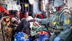 Los tres supervivientes del cayuco hallado por el Ejército del Aire.