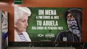 El polémico cartel de Vox en la Puerta del Sol sobre los menores no acompañados.