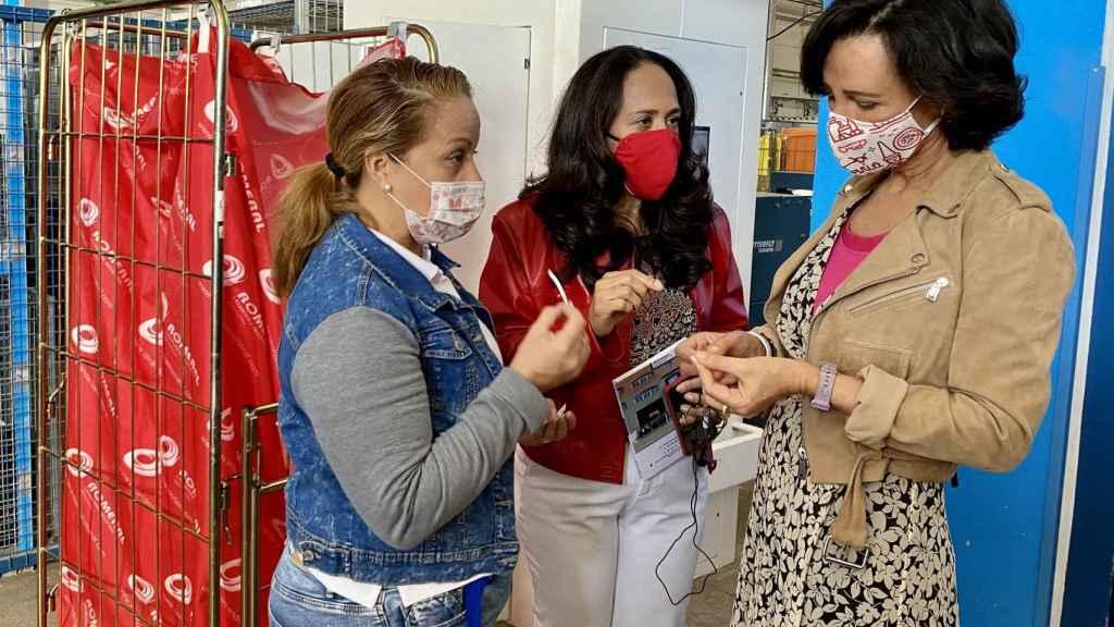 Ana Botín visita la Lavandería Romeral.