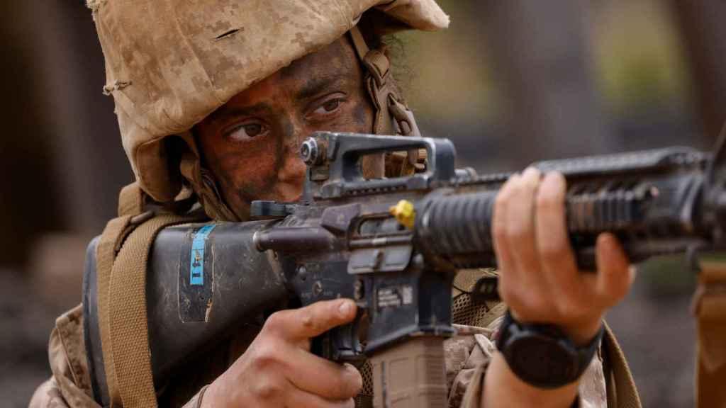 Una recluta del Depósito de Reclutamiento del Cuerpo de Marines de EE. UU. durante el agotador entrenamiento del crisol