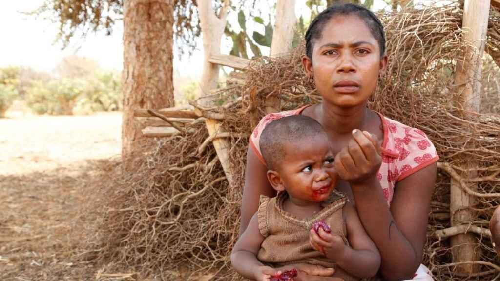 Imagen de archivo de una madre con un niño en una hambruna pasada en Madagascar.