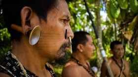 Fotografía del 22 de abril de 2021 de indígenas Matis de Brasil durante una jornada de cacería en Atalaya do Norte (Brasil).