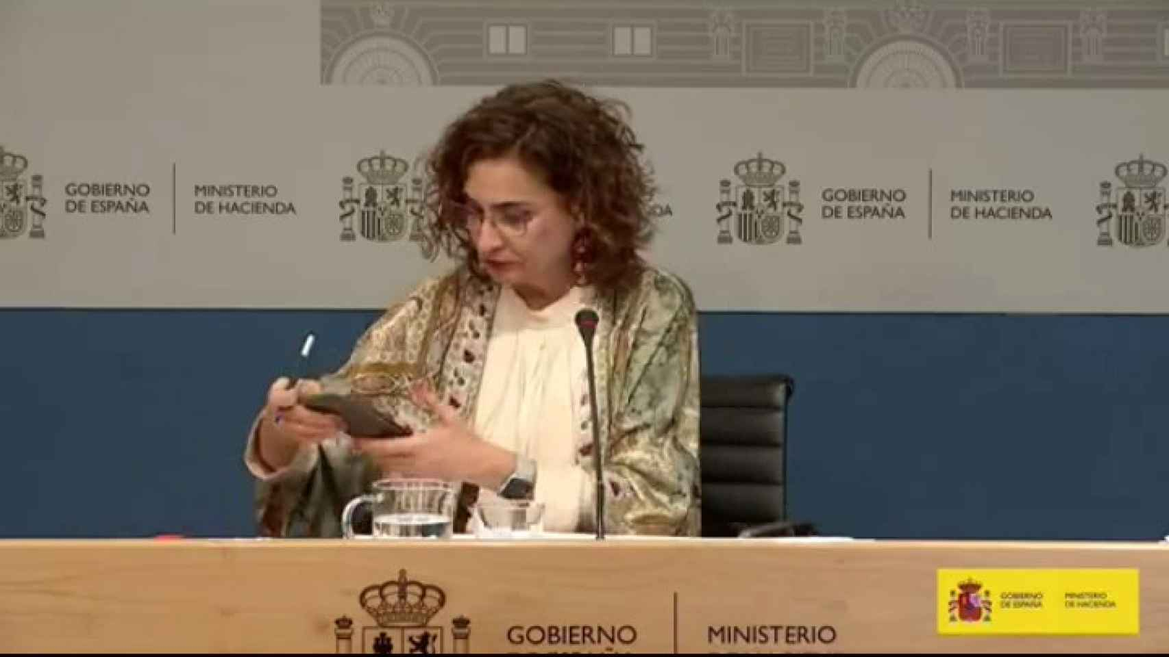 El móvil le juega una mala pasada a María Jesús Montero.