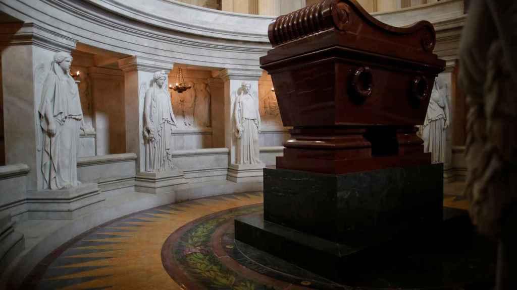La tumba de Napoleón Bonaparte en Los Inválidos, París.