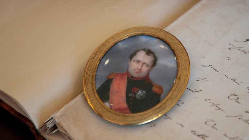 Retrato portátil de Napoleón, vestido con el uniforme de la Guardia Imperial, pintado por Aubert-Henri Joseph Parent.