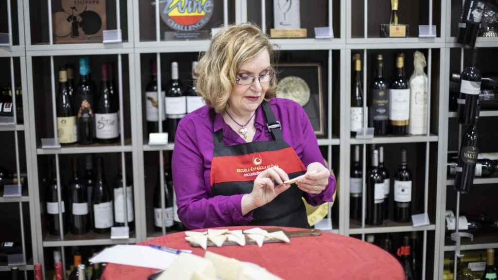 Carmen Garrobo, directora de la Escuela Española de Cata, inspecciona uno de los quesos tiernos.