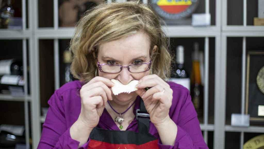La experta Carmen Garrobo, oliendo uno de los quesos durante la cata.