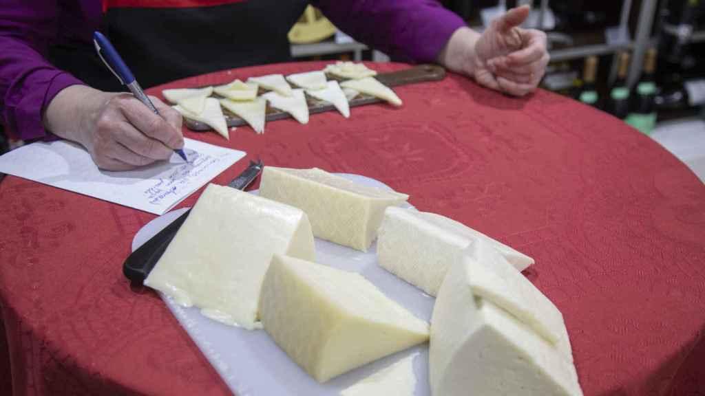 Carmen Garrobo anota hasta el último detalle de cada queso tierno probado.