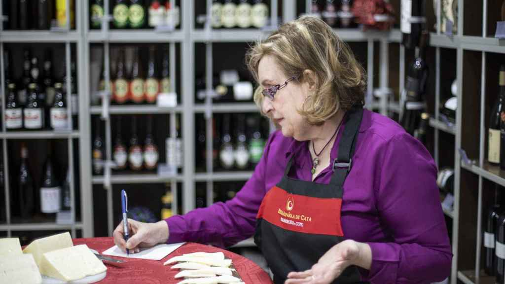La directora de la Escuela Española de Cata, Carmen Garrobo, explicando sus valoraciones.