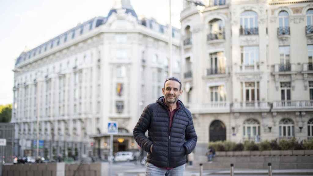 Ernesto, con el Palace de fondo