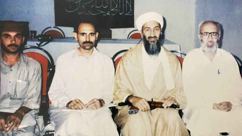 Bin Laden junto a tres periodistas. Rahimullah Yusufzai, a la derecha.