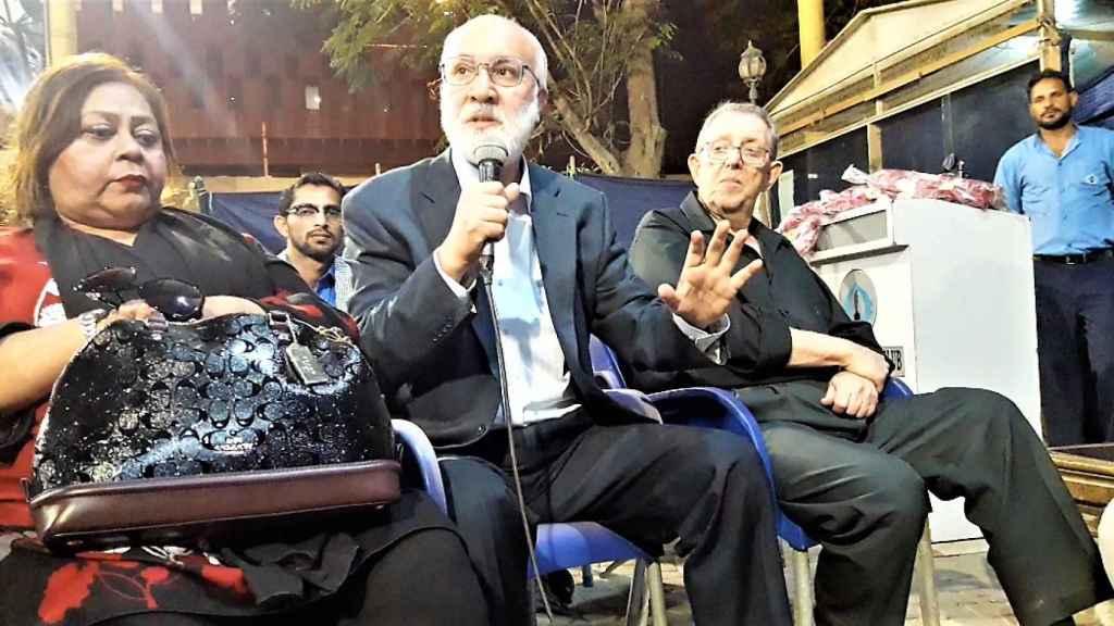 El periodista Rahimullah Yusufzai interviene en un encuentro en la Asociación de la Prensa de Karachi (Pakistán) el 8 de enero de 2018.