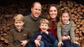 El príncipe Guillermo y Kate Middleton, junto a sus tres hijos.