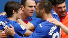 Kike García celebra un gol con sus compañeros del Eibar