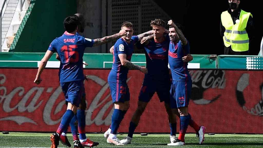 Los jugadores del Atlético de Madrid felicitan a Marcos Llorente por su gol