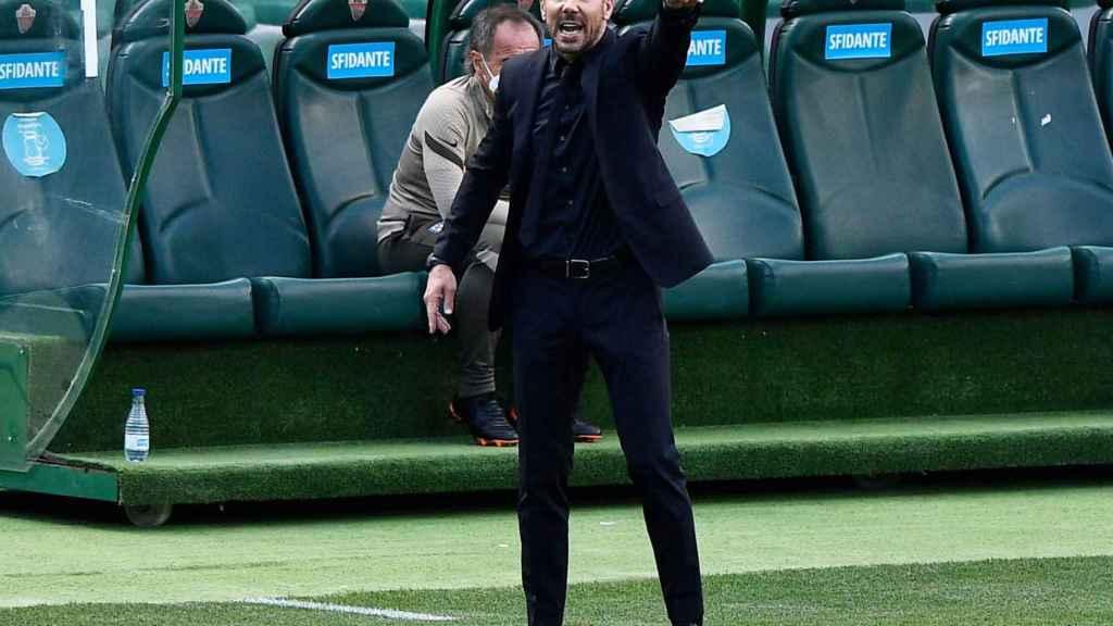 El 'Cholo' Simeone da órdenes a sus jugadores desde la banda del Martínez Valero