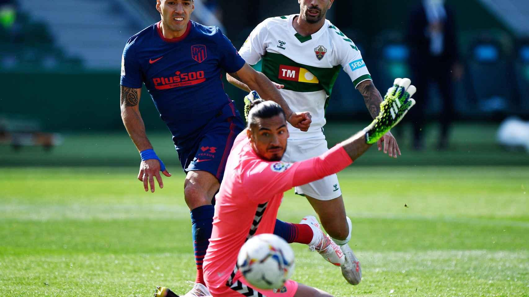 Disparo de Luis Suárez ante Paulo Gazzaniga