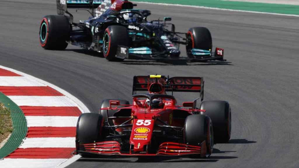 Carlos Sainz rodando por delante de Bottas en Portimao