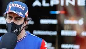 Fernando Alonso atiende a los medios de comunicación en Portugal