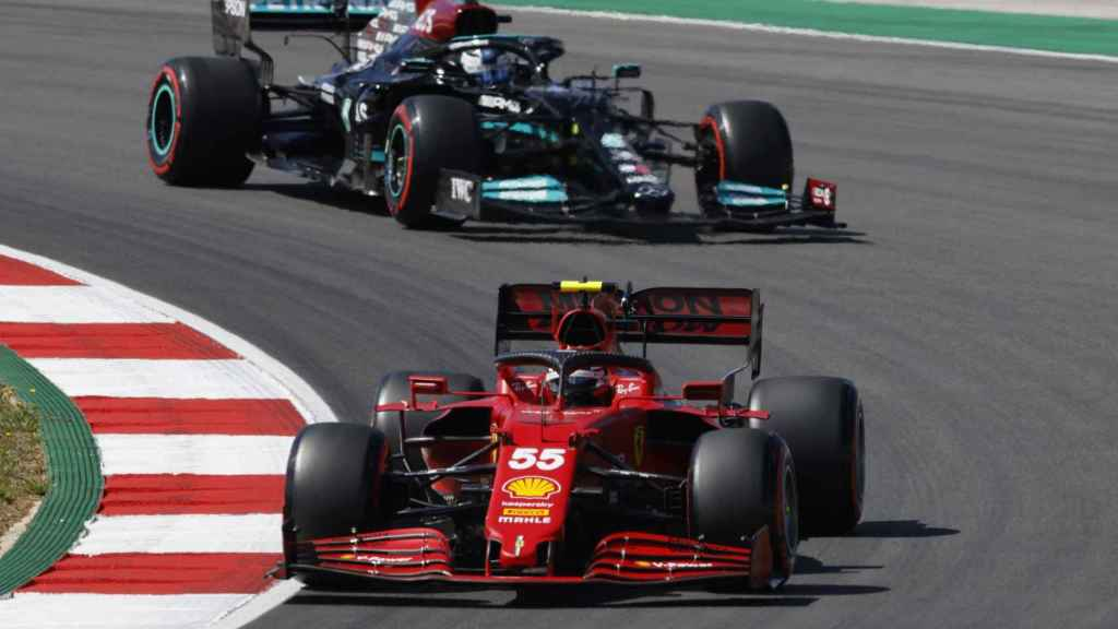 Carlos Sainz rodando por delante de Valtteri Bottas