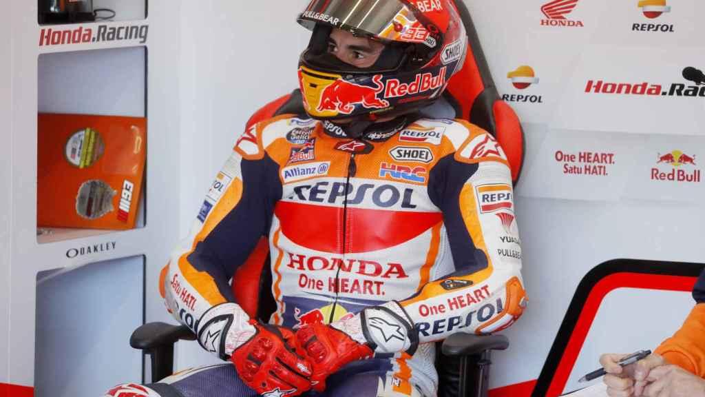 Marc Márquez en el box de Honda