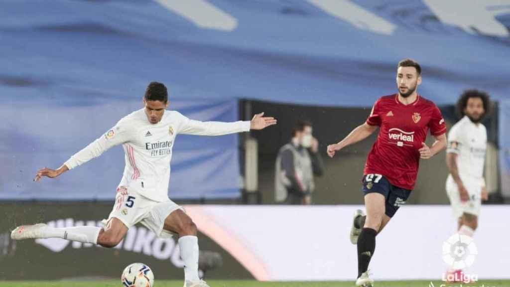 Raphaël Varane saca el balón en largo ante la presencia de un rival