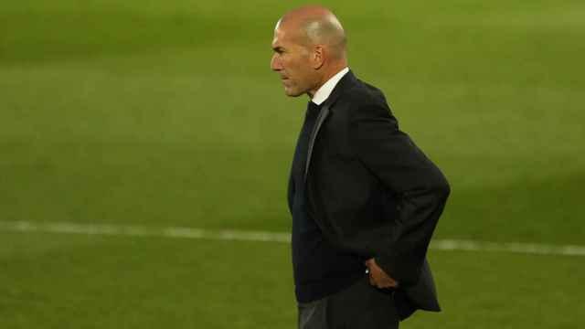Zinedine Zidane sigue el partido desde la banda