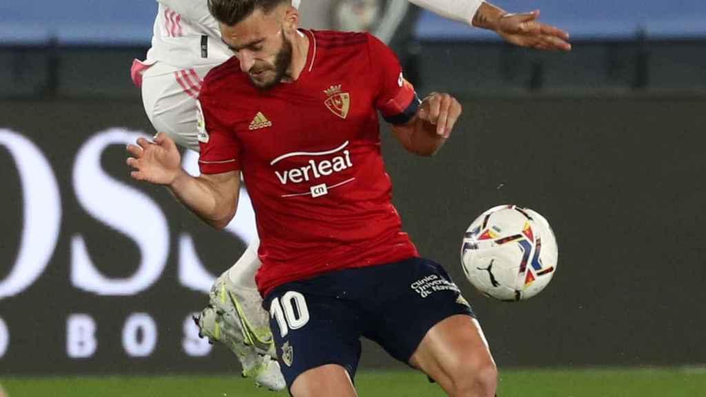 Hazard choca con Roberto Torres en la disputa por un balón