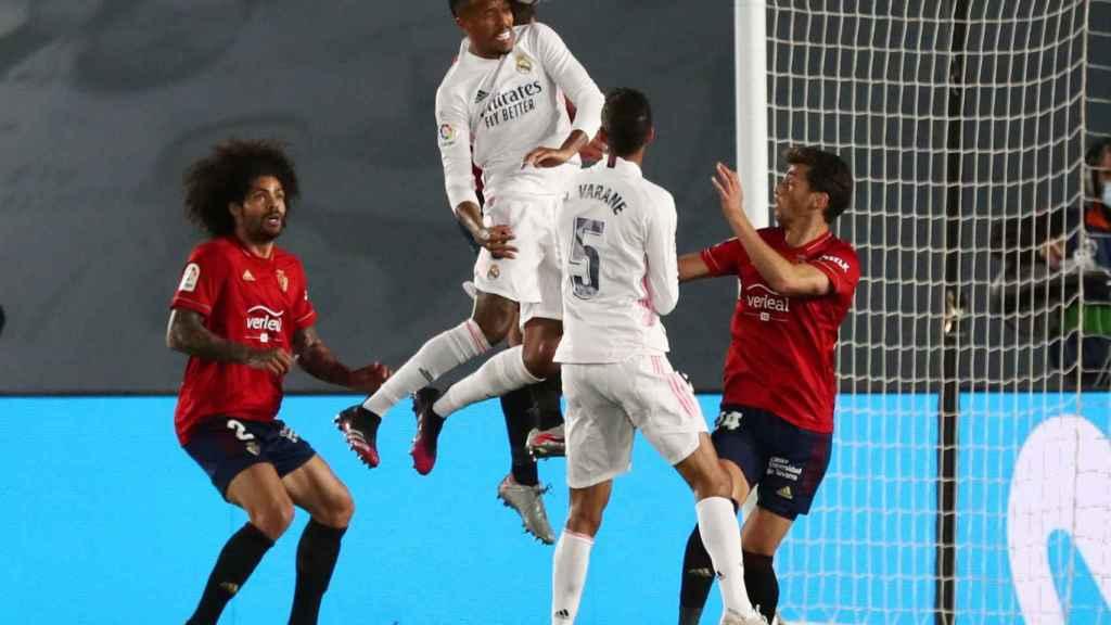 Eder Militao supera a la defensa de Osasuna y remata un centro de cabeza que no acaba en gol