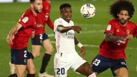 Vinicius controla un balón perseguido por tres jugadores de Osasuna