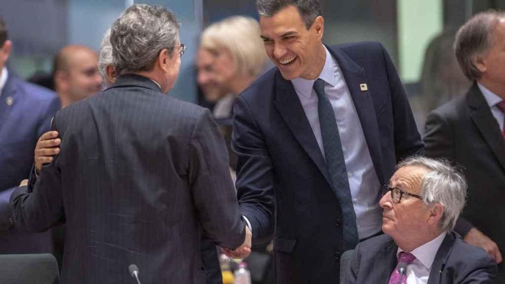 Pedro Sánchez saluda a Mario Draghi cuando era presidente del BCE durante una cumbre del euro