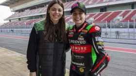 Carla Grau, team manager de Kawasaki Provec WorldSSP300, junto a la piloto Ana Carrasco.