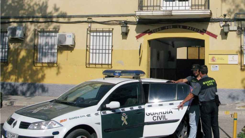 Dos guardias civiles en una foto de archivo conduciendo a un detenido al cuartel de Jumilla.
