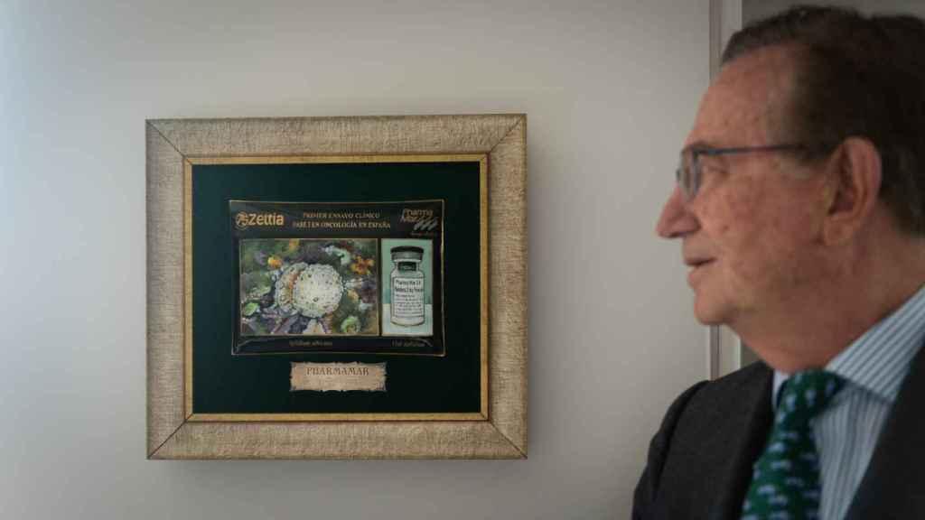 José María Fernández Sousa Faro, con una placa conmemorativa del primer ensayo de Aplidin. (Beatriz Donlo)