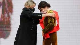 Nacho Cano cede la medalla a Isabel Díaz Ayuso.