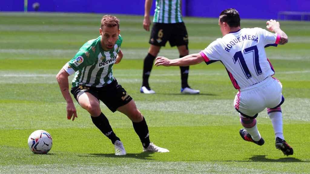 Sergio Canales y Shon Weissman, durante el Real Valladolid - Real Betis