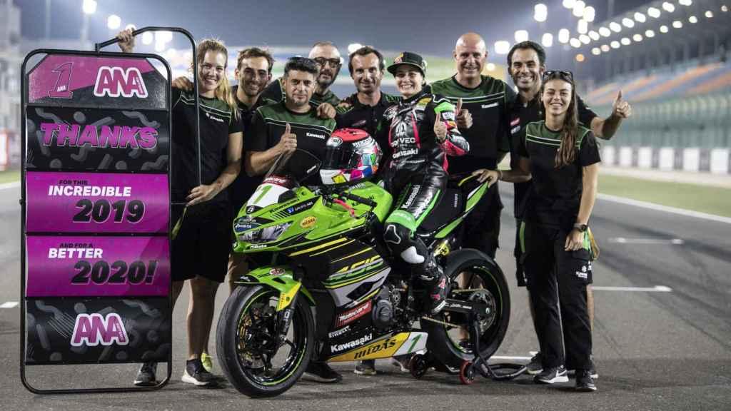Carla, a la derecha, junto al resto del equipo de Kawasaki Provec WorldSSP300.