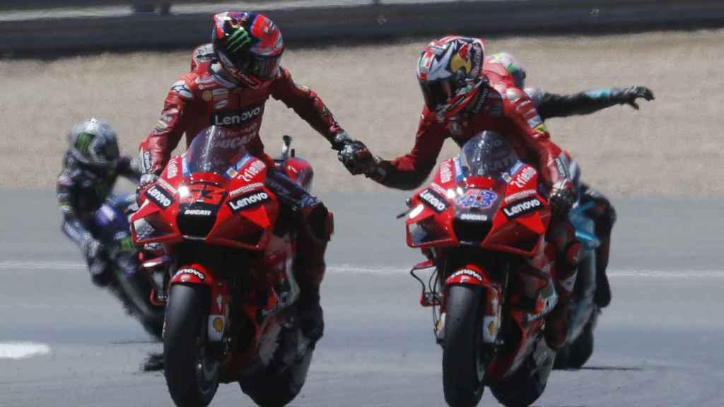 Jack Miller, a la derecha, y Pecco Bagnaia, compañeros en Ducati, se felicitan tras la carrera en Jerez.