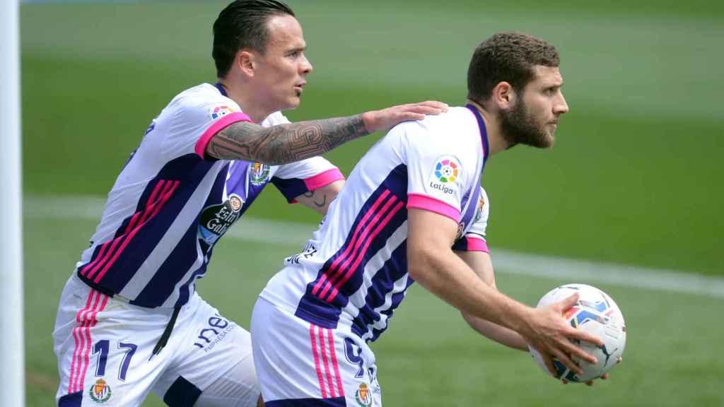 Roque Mesa y Shon Weissman celebran un gol para el Real Valladolid