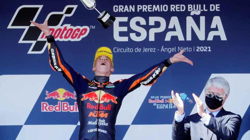 Pedro Acosta celebra su victoria en el GP de Jerez en Moto3